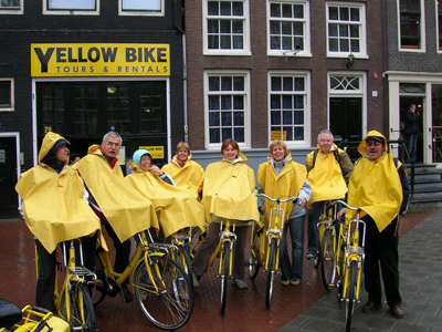 touristen op yellow bikes